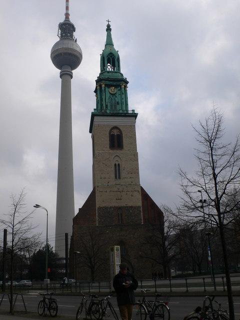 Die Berliner Marienkirche und Fernsehturm