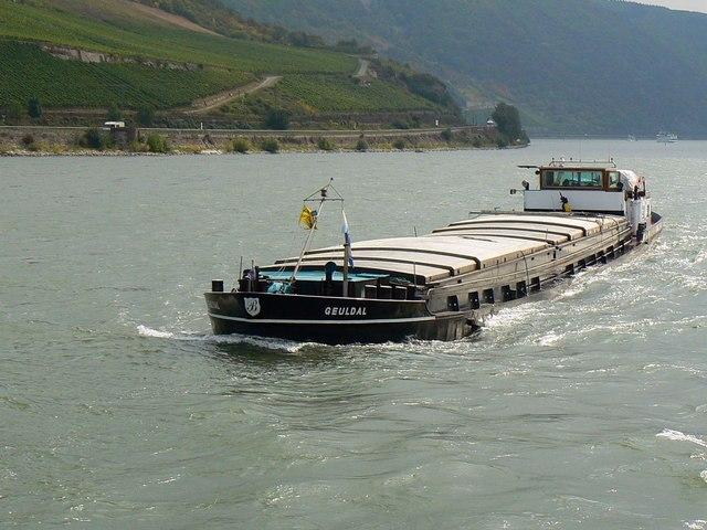 Frachtkahn auf dem Rhein (Barge on the Rhine)