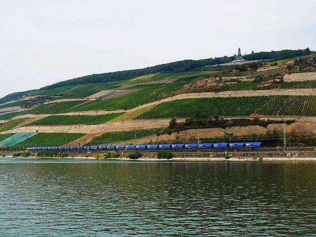 Rhein und Bahn in der Nähe von Rüdesheim am Rhein (Rhine and railway near Rüdesheim am Rhein)