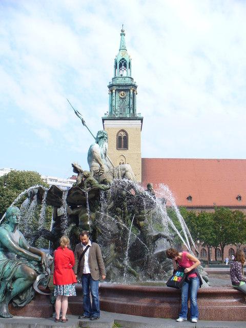 Neptunbrunnen mit Marienkirche