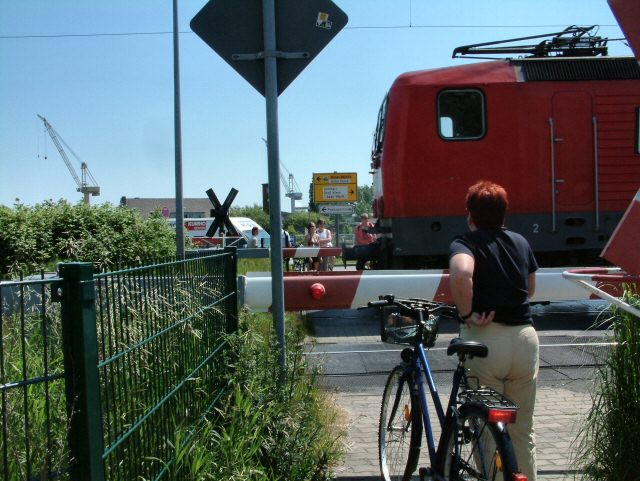 Bahnübergang an der Alten Bahnhofstraße (Level crossing at Alten Bahnhofstraße)