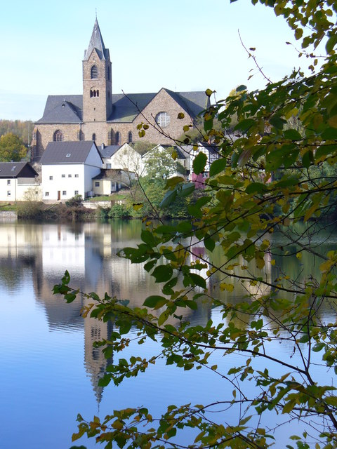 Ulmen, Kirche und Maar
