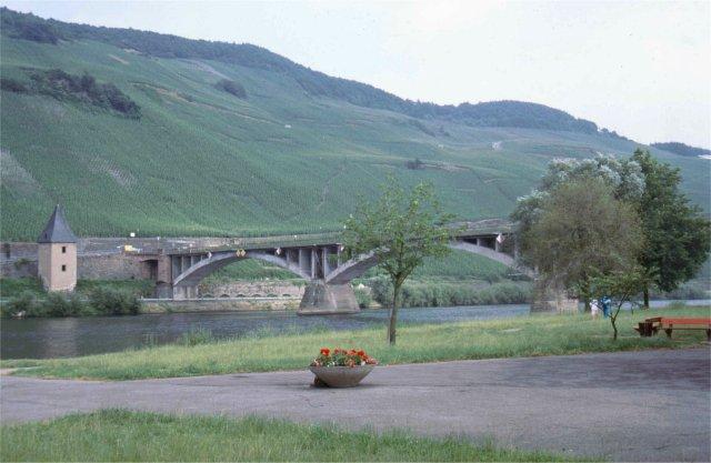 Moselbrücke bei Trittenheim