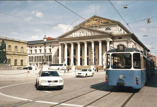 Nationaltheater mit Strassenbahnwagen