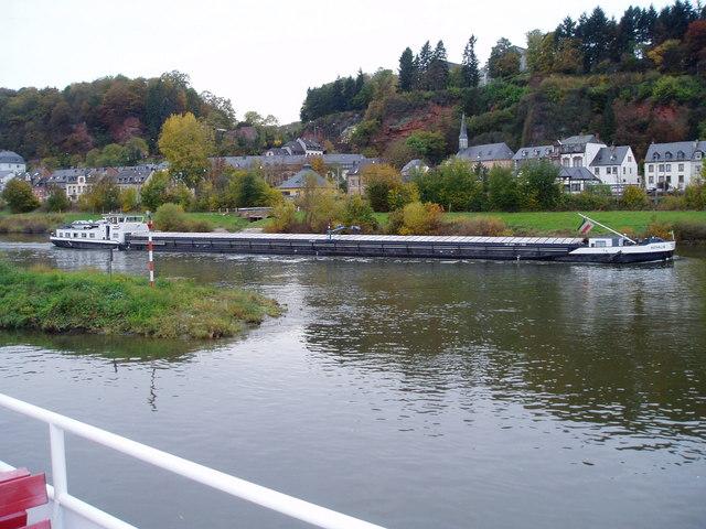 Ein Lastkahn auf der Mosel am Trier