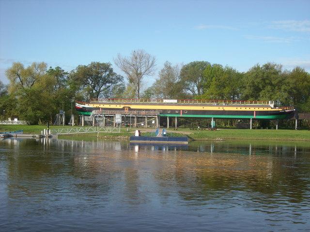 "Schiffsrestaurant ""Marie Gerda"" an der Elbe (A converted barge)"