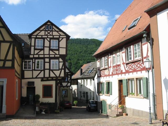 Kleine Straße weg von der Hauptstraße, nahe dem Marktplatz