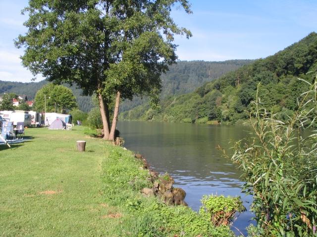 Campingplatz Friedensbrücke und der Fluss Neckar
