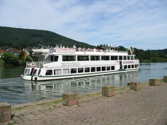 Touristisches Boot auf dem Fluss Neckar