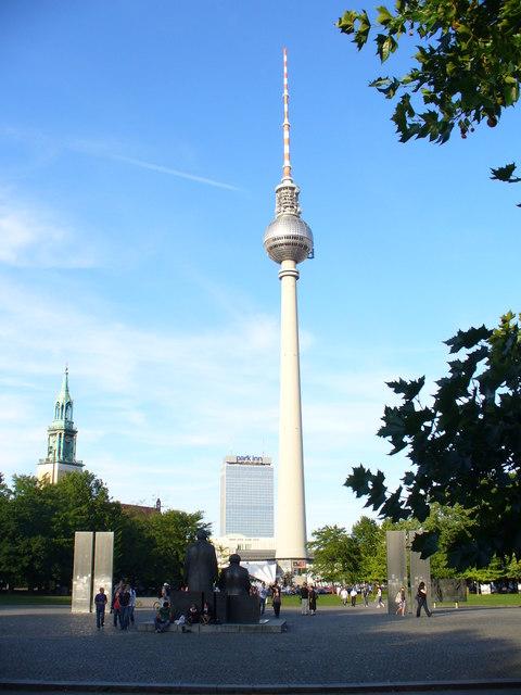 Fernsehturm, Wahrzeichen Ost Berlins