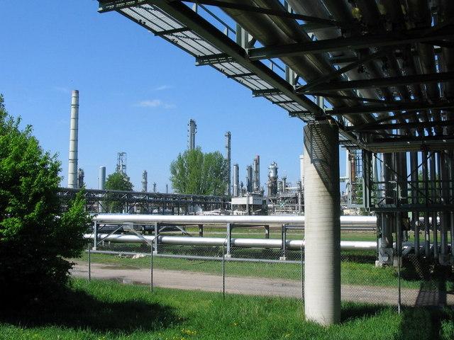Pipelinebrücke und Raffinerieanlagen bei Karlsruhe