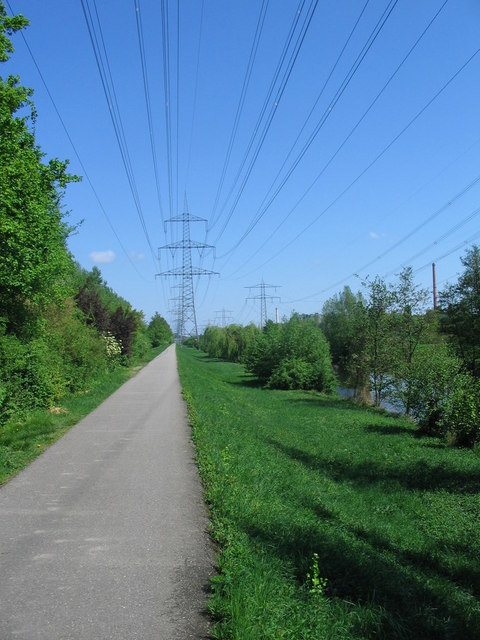 Radweg entlang der Alb bei den Raffinerien Karlsruhe