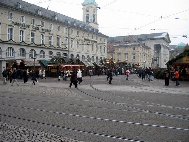 Weihnachtsmarkt auf dem Karlsruher Marktplatz