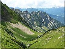 """Blick übers Faltenbachtal zur zerfurchten """"Nordflanke"""" des Schattebergs"""