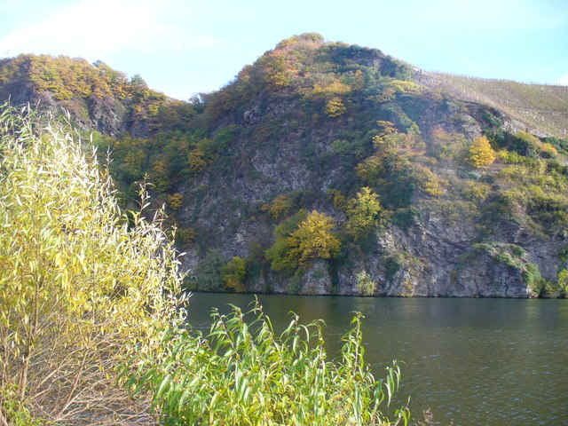 Felsmassiv an der Mosel (Rocky Cliff Face on the Moselle)