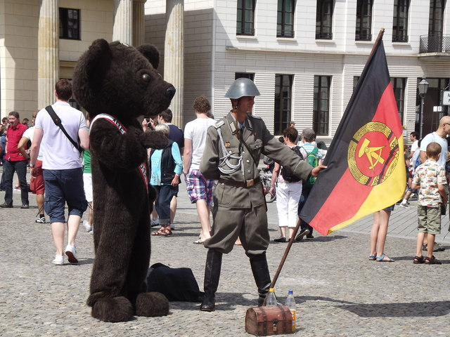 Berliner Baer, DDR Soldat mit Fahne (Berlin Bear, DDR Soldier with Flag)