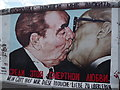 UUU9418 : East Side Gallery - Brotherly Kiss von Colin Smith