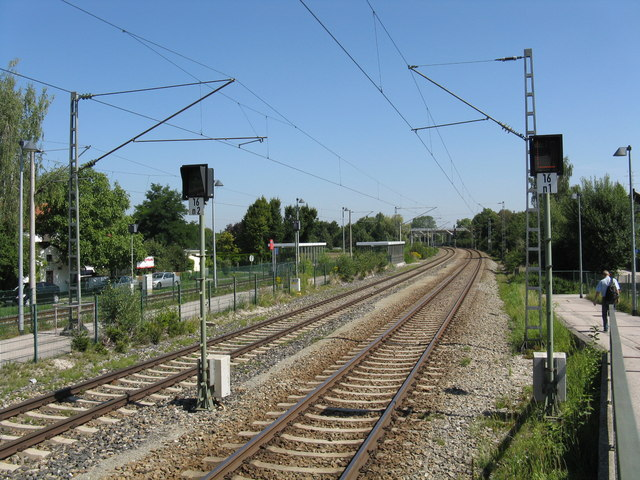 Railway lines looking north from Neufahrn station