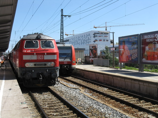 Trains at Muenchen-Pasing station