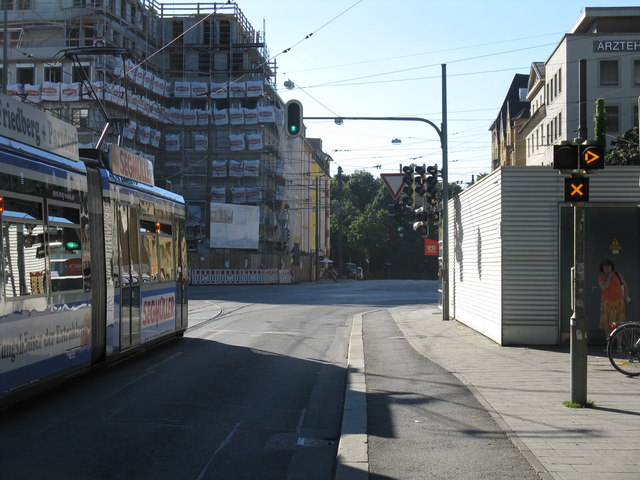 Route 25 tram waiting to turn into Tegernseer Landstrasse