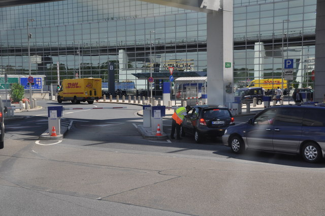 Frankfurt Airport : Road & Checkpoint
