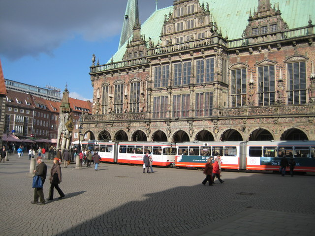Tram service outside the Rathaus