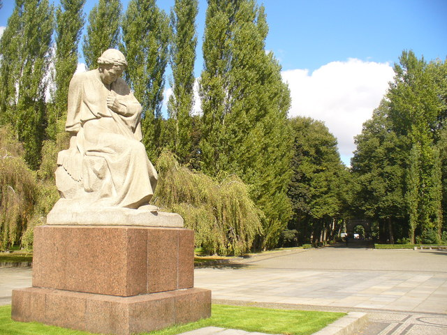 Treptower Park - Mutter Russland Weint (Weeping Mother Russia)