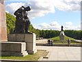UUU9616 : Treptower Park - Terrasse im Sowjet. Ehrenmal (Terrace in the Soviet War Memorial) von Colin Smith