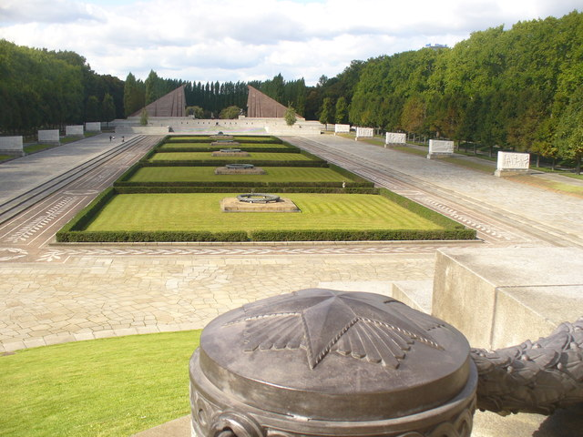 Treptower Park - Allee im Sowjet. Ehrenmal (Avenue in the Soviet War Memorial)