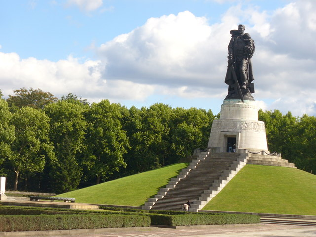 Sowjet. Ehrenmal im Treptower Park (Soviet War Memorial in Treptower Park)
