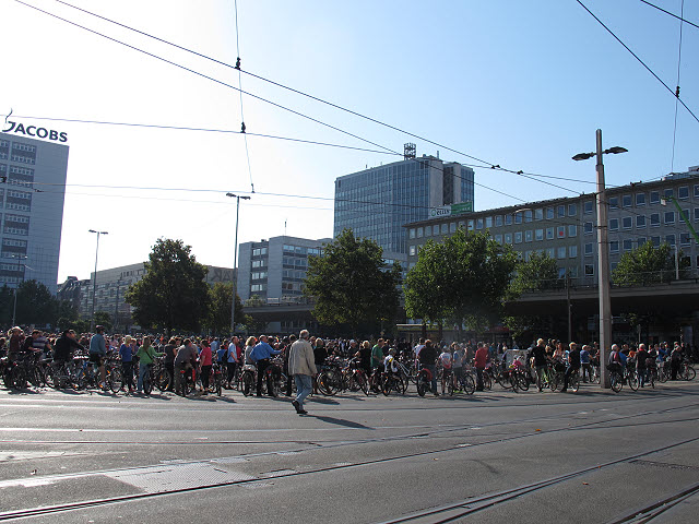 Radfahrerversammlung am Bahnhofsplatz (Gathering of cyclists in the station square)