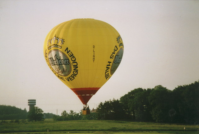 Landung am Flugplatz Ahlen (Balloon landing at private airstrip, Ahlen)