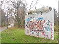 UUU7215 : Gross Glienicke - Berliner Mauerstuck (Piece of the Berlin Wall) von Colin Smith