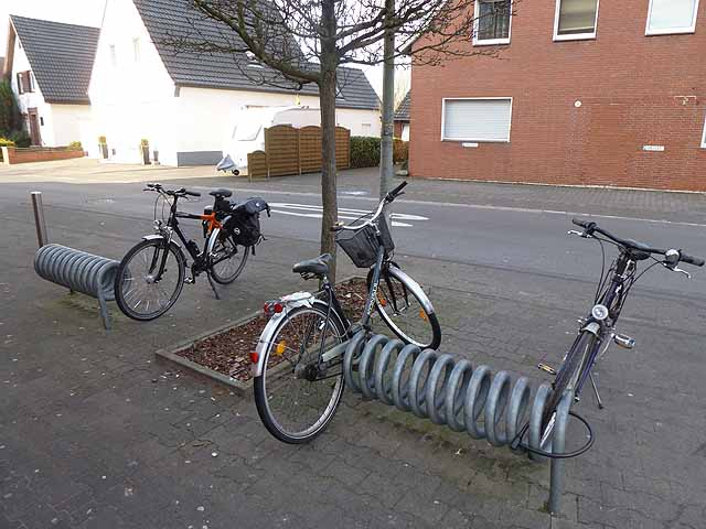 Fahrradständer (Cycle racks by the shopping parade)