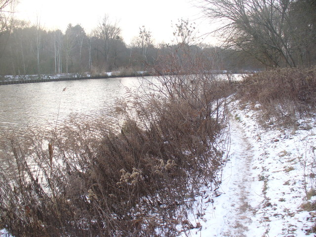 Teltowkanal - Winterlicher Uferweg (Teltow Canal - Wintry Waterside Path)