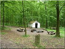 Hannickelhaus und Grillplatz im Wald südöstlich von Ohmenhausen