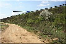 Weg am Rande der Autobahn
