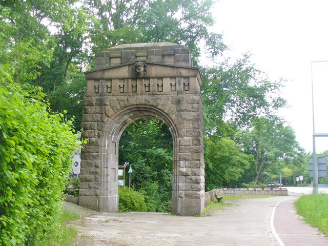Berlin-Stoessenseebruecke - Torbogen (Lake Stoessen Bridge - Arched Gateway)