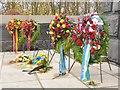 UUU8926 : Schönholzer Heide - Sowjetisches Ehrenmal - Blumenkranzen (Soviet Memorial - Wreaths) von Colin Smith