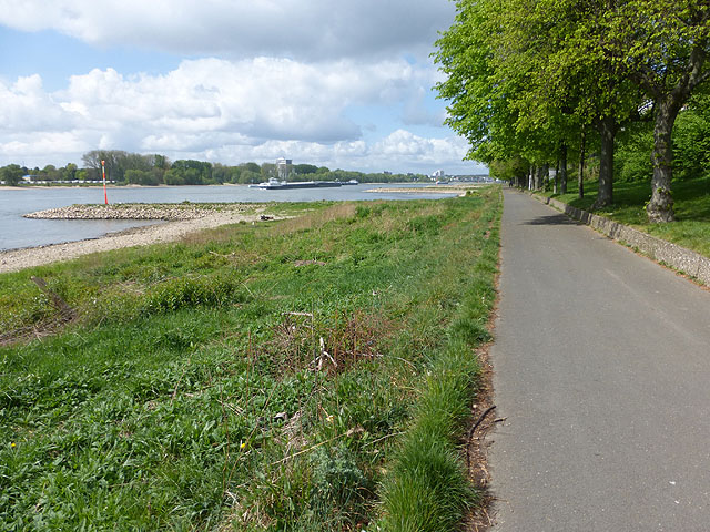 Riverside path along the Rhine at Westhoven