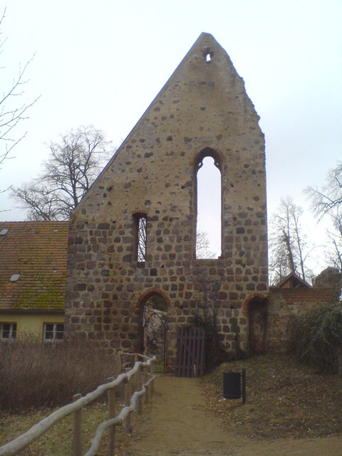 Alte Giebelmauer im ehemaligen Kloster Lindow (Gable end of a partly demolished building of the former Lindow convent)