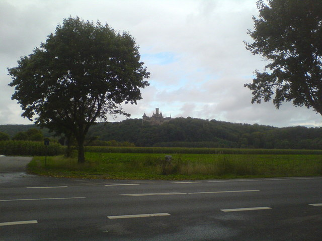 Feld bei Nordstemmen und Blick zur Marienburg (Field near Nordstemmen and view towards Marienburg castle)