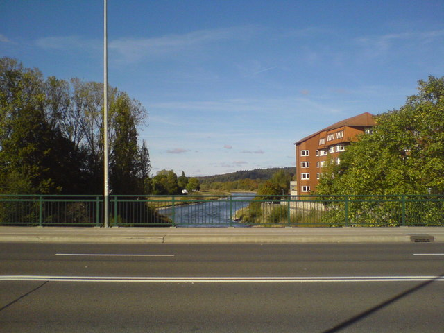 Auf der Thietorbrücke, Hameln, Blick stromab entlang der Weser (On Thietor bridge, Hamelin, looking downstream along the Weser river)