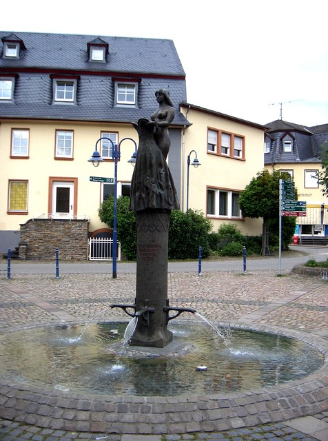 Brautrock-Brunnen, Lindenplatz, Bullay, Moseltal (Wedding Dress Fountain, Linden Square, Bullay, Moselle Valley)